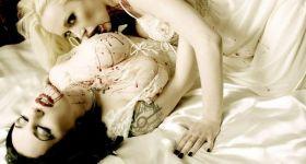 Пара лесби-вампирш в постели