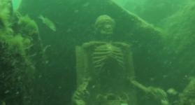 Чайная вечеринка скелетов под водой