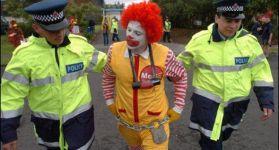 Аресты людей в забавных костюмах